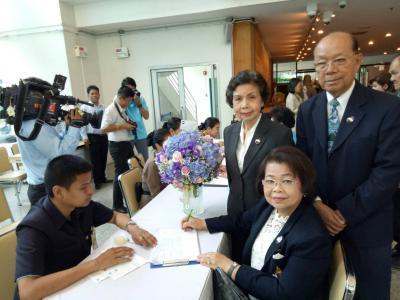 คณะกรรมการบริหารสมาคมห้องสมุดแห่งประเทศไทยฯ ไปถวายพระพรเยี่ยมพระอารประชวรพระเจ้าวรวงศ์เธอ พระองค์เจ้าโสมสวลีฯ